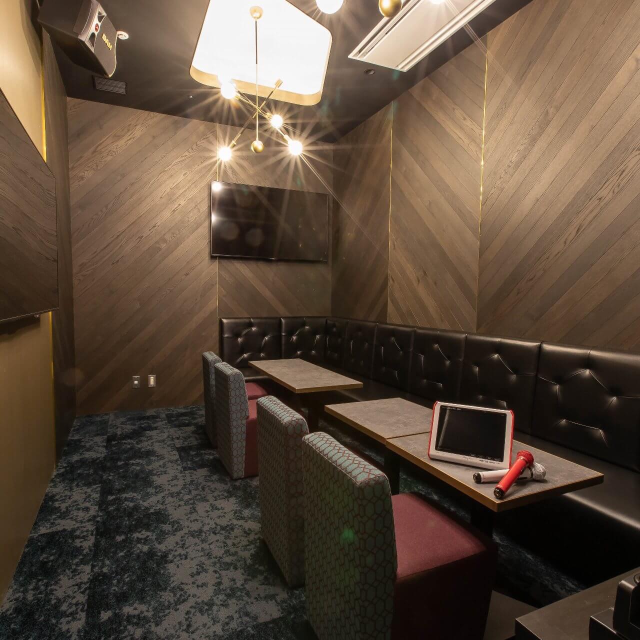 丸の内にある個室空間でダーツ・カラオケが楽しめるカラオケ施設【MARUNOUCHI BASE(丸の内ベース)】